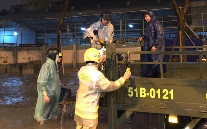 Dân Sài Gòn xúc động nói cảm ơn khi được CSGT Bến Thành giúp đưa xe vượt điểm ngập trong mưa bão