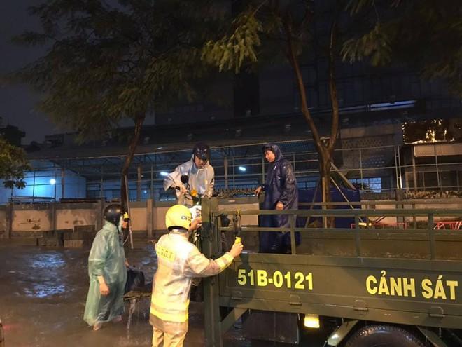 Dân Sài Gòn xúc động nói cảm ơn khi được CSGT Bến Thành giúp đưa xe vượt điểm ngập trong mưa bão - Ảnh 2.