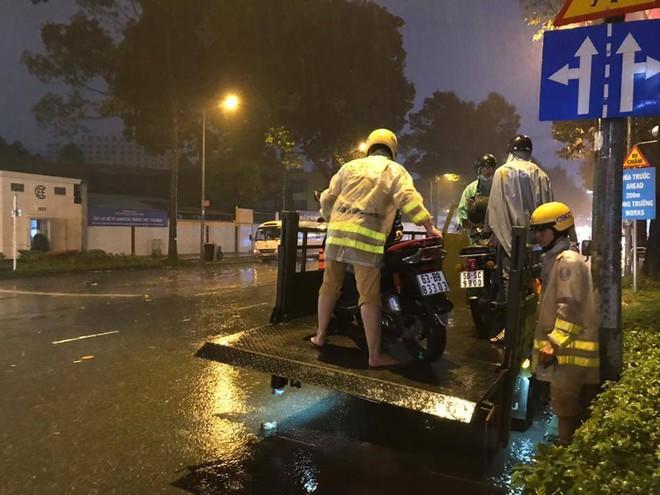 Dân Sài Gòn xúc động nói cảm ơn khi được CSGT Bến Thành giúp đưa xe vượt điểm ngập trong mưa bão - Ảnh 3.