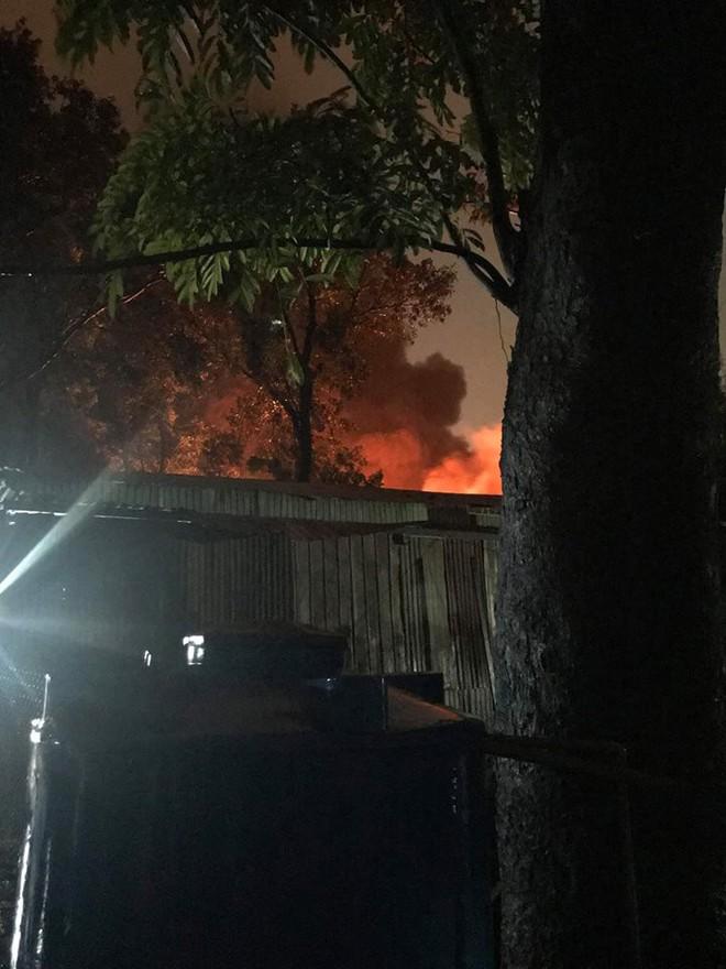 Cháy xưởng cực lớn lúc Sài Gòn đang ngập mênh mông, dân vất vả tháo chạy trong mưa to - Ảnh 2.