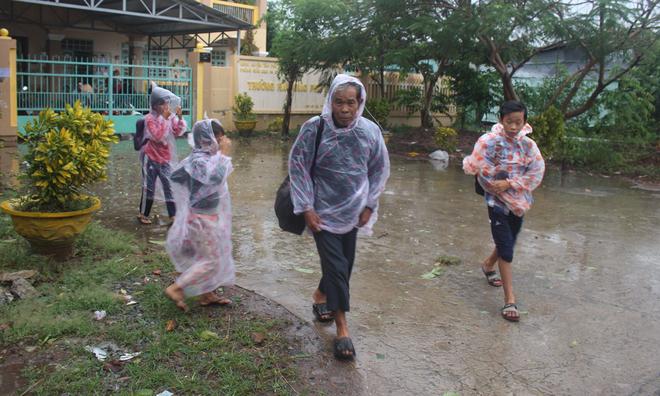 Tiền Giang thoát bão, người dân sơ tán trở về nhà - Ảnh 2.