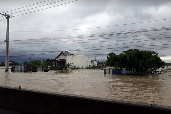 Ảnh hưởng bão số 9: Sạt lở kinh hoàng ở tỉnh lộ 9, Khánh Hòa ngập nặng nhiều nơi - Ảnh 3.