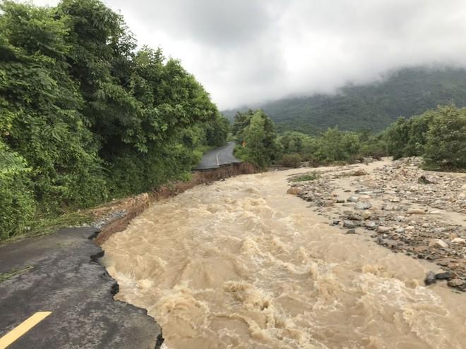 Ảnh hưởng bão số 9: Sạt lở kinh hoàng ở tỉnh lộ 9, Khánh Hòa ngập nặng nhiều nơi - Ảnh 1.