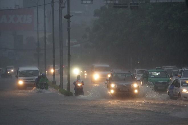 Sài Gòn mưa như trút nước, hàng chục tuyến đường bị ngập vì ảnh hưởng của bão số 9 - Ảnh 1.