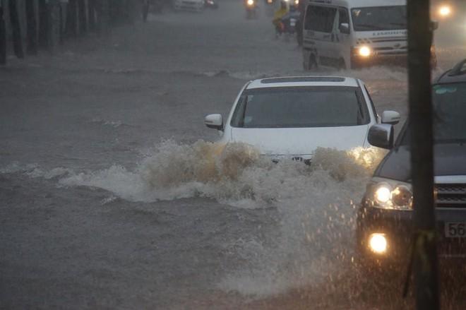 Sài Gòn mưa như trút nước, hàng chục tuyến đường bị ngập vì ảnh hưởng của bão số 9 - Ảnh 2.