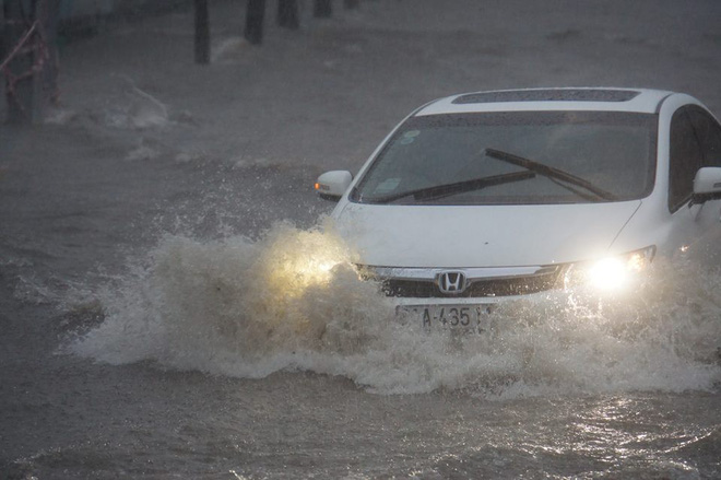 Sài Gòn mưa như trút nước, hàng chục tuyến đường bị ngập vì ảnh hưởng của bão số 9 - Ảnh 3.