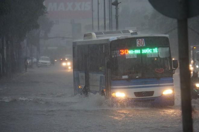 Sài Gòn mưa như trút nước, hàng chục tuyến đường bị ngập vì ảnh hưởng của bão số 9 - Ảnh 5.