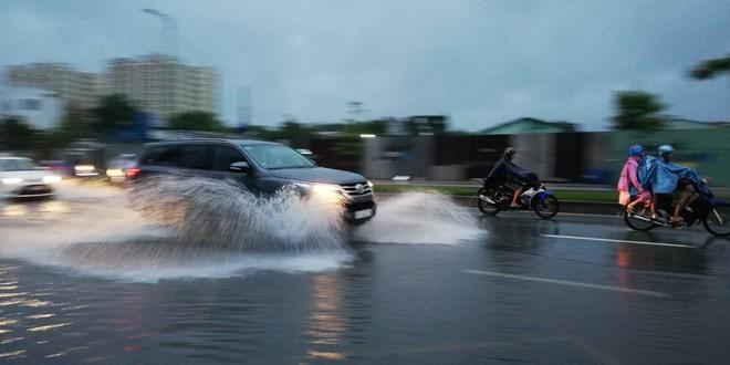 Sài Gòn mưa như trút nước, hàng chục tuyến đường bị ngập vì ảnh hưởng của bão số 9 - Ảnh 7.