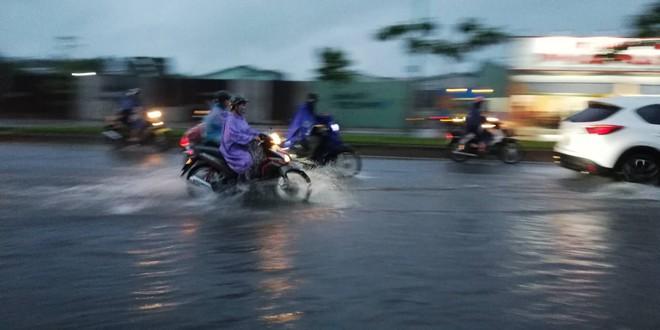 Sài Gòn mưa như trút nước, hàng chục tuyến đường bị ngập vì ảnh hưởng của bão số 9 - Ảnh 9.