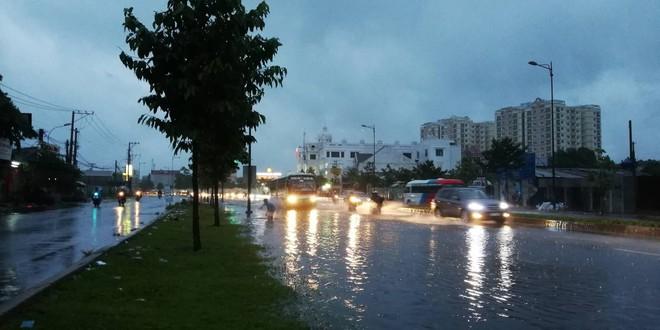 Sài Gòn mưa như trút nước, hàng chục tuyến đường bị ngập vì ảnh hưởng của bão số 9 - Ảnh 6.