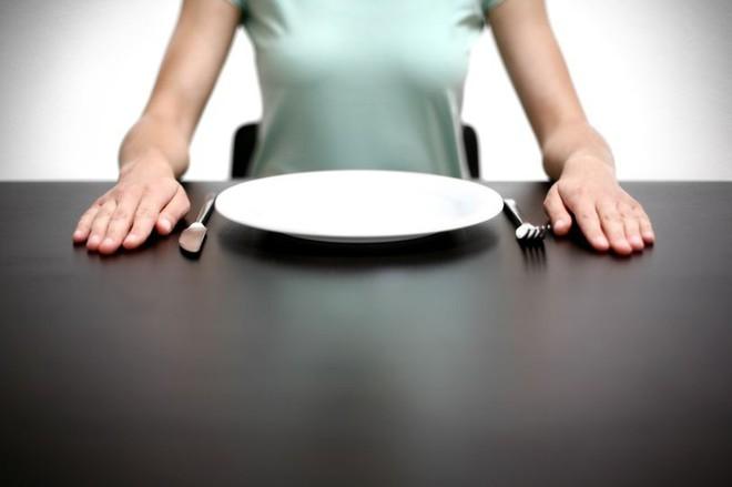 Đi nước ngoài du lịch, cô gái sợ hãi khi bị cho ăn một món kỳ lạ không ai biết là thứ gì - Ảnh 1.