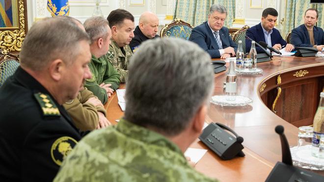 Ukraine sẽ tuyên bố thiết quân luật, kêu gọi NATO hiệp đồng sau đối đầu hải quân với Nga - Ảnh 1.