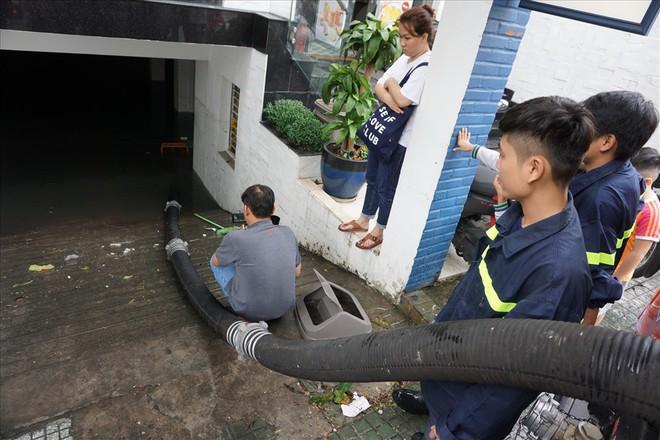 Hàng loạt hầm để xe ở Sài Gòn thành hầm chứa nước sau trận mưa lịch sử - Ảnh 2.