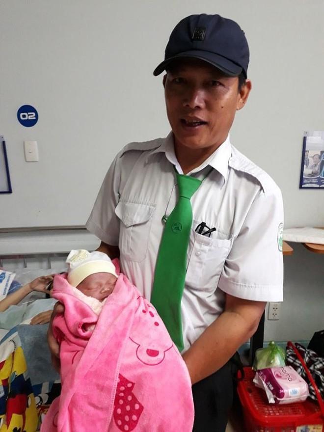 Hành trình của hai em bé chào đời trên taxi trong bão số 9 - Ảnh 2.