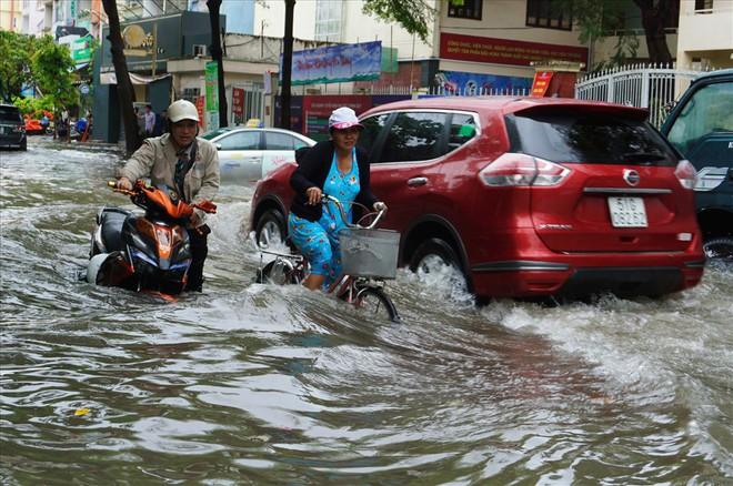 Đường Sài Gòn ngập như sông: Lexus chết trân, tàu bè băng băng vượt nước - Ảnh 13.