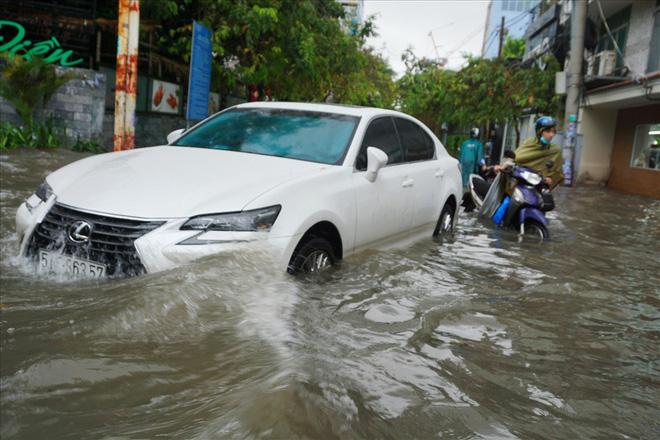 Đường Sài Gòn ngập như sông: Lexus chết trân, tàu bè băng băng vượt nước - Ảnh 15.