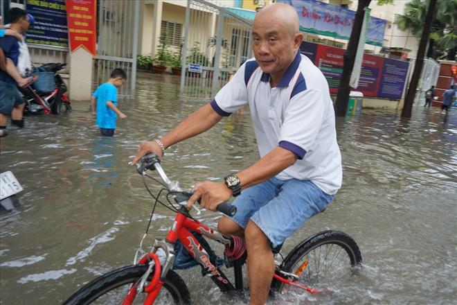 Đường Sài Gòn ngập như sông: Lexus chết trân, tàu bè băng băng vượt nước - Ảnh 16.