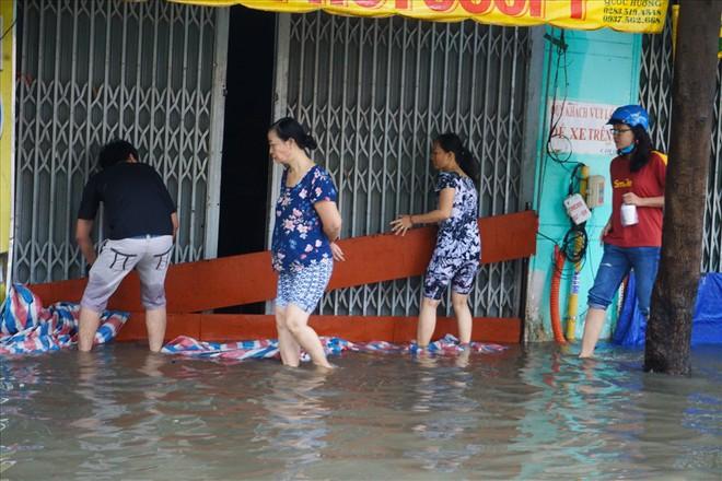 Đường Sài Gòn ngập như sông: Lexus chết trân, tàu bè băng băng vượt nước - Ảnh 17.