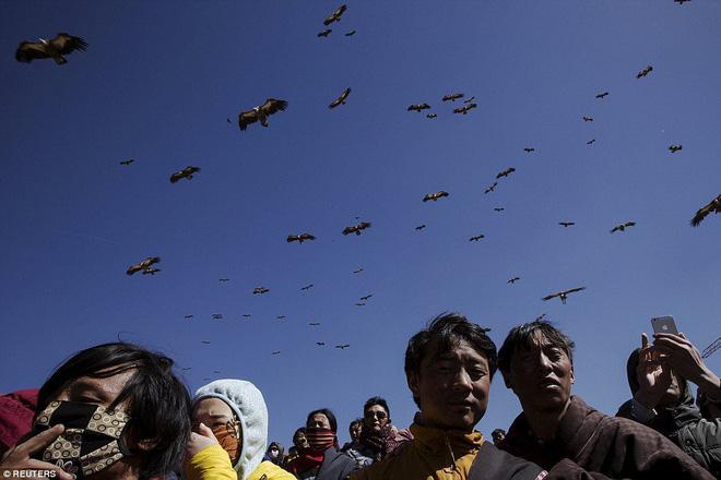 Ngôi mộ bầu trời - tục mai táng rùng rợn của người Tây Tạng - Ảnh 3.