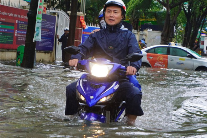 Đường Sài Gòn ngập như sông: Lexus chết trân, tàu bè băng băng vượt nước - Ảnh 3.