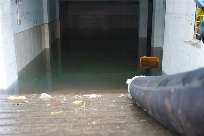 Hàng loạt hầm để xe ở Sài Gòn thành hầm chứa nước sau trận mưa lịch sử - Ảnh 3.