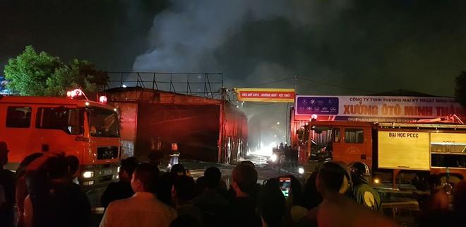 Hà Nội: Cháy lớn tại xưởng nội thất ô tô lúc nửa đêm, hàng trăm cảnh sát căng mình dập lửa - Ảnh 3.