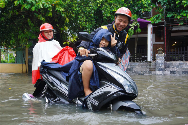 Đường Sài Gòn ngập như sông: Lexus chết trân, tàu bè băng băng vượt nước - Ảnh 4.