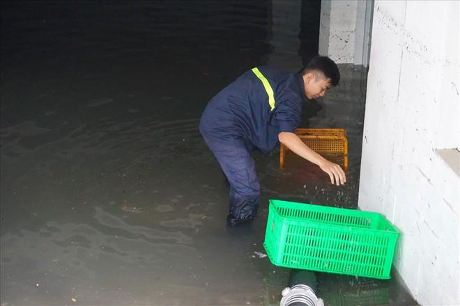 Hàng loạt hầm để xe ở Sài Gòn thành hầm chứa nước sau trận mưa lịch sử - Ảnh 4.