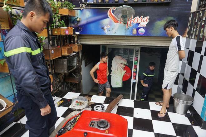 Hàng loạt hầm để xe ở Sài Gòn thành hầm chứa nước sau trận mưa lịch sử - Ảnh 5.