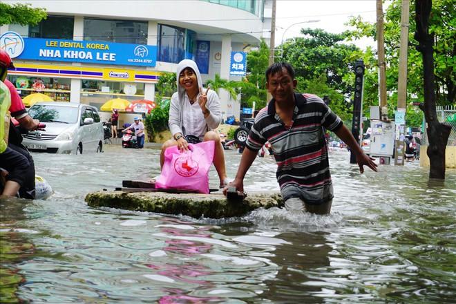 Đường Sài Gòn ngập như sông: Lexus chết trân, tàu bè băng băng vượt nước - Ảnh 8.