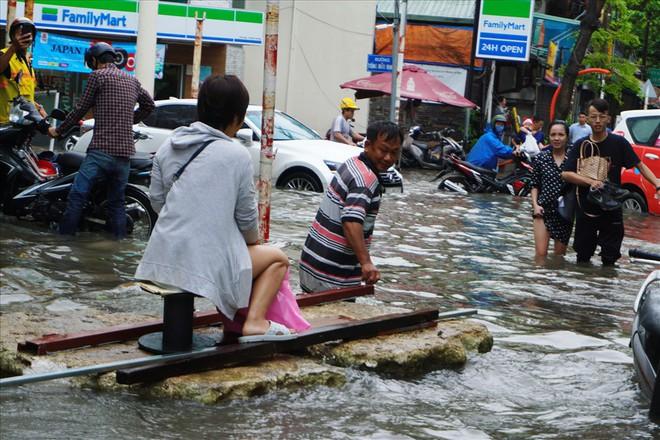 Đường Sài Gòn ngập như sông: Lexus chết trân, tàu bè băng băng vượt nước - Ảnh 9.