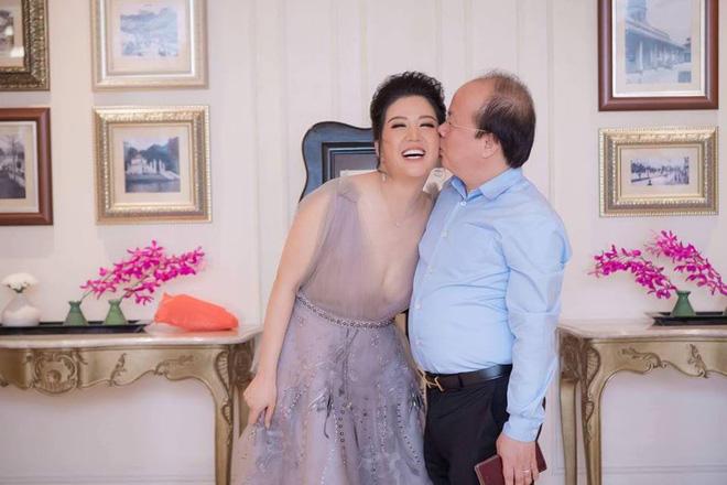Hai cử chỉ đơn giản nhưng lãng mạn Thứ trưởng Bộ Tài chính dành cho Đinh Hiền Anh - Ảnh 9.