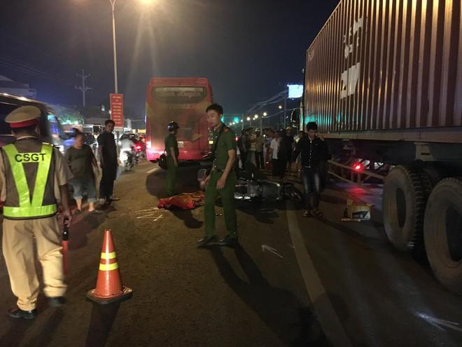 Sau khi tông đuôi container đang vá vỏ, nam thanh niên bị xe khách cán chết thương tâm - Ảnh 1.