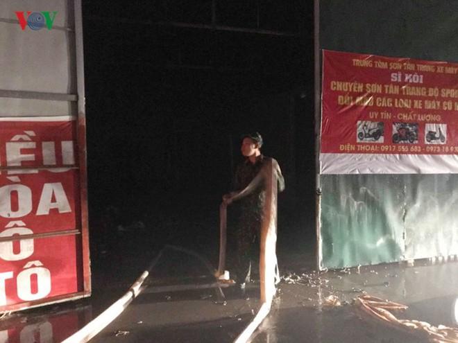Hình ảnh xưởng sửa chữa ô tô ở Hà Nội cháy rụi, nhiều xe biến dạng - Ảnh 1.