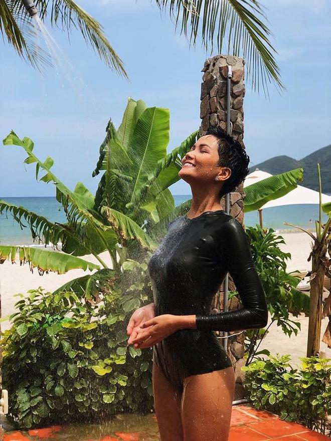 Đọ body nóng bỏng khi diện bikini của 6 nàng hậu Vbiz trên đấu trường quốc tế 2018 - Ảnh 21.