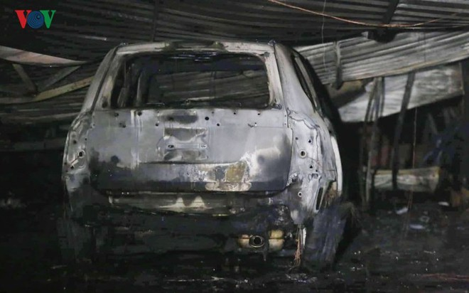 Hình ảnh xưởng sửa chữa ô tô ở Hà Nội cháy rụi, nhiều xe biến dạng - Ảnh 4.
