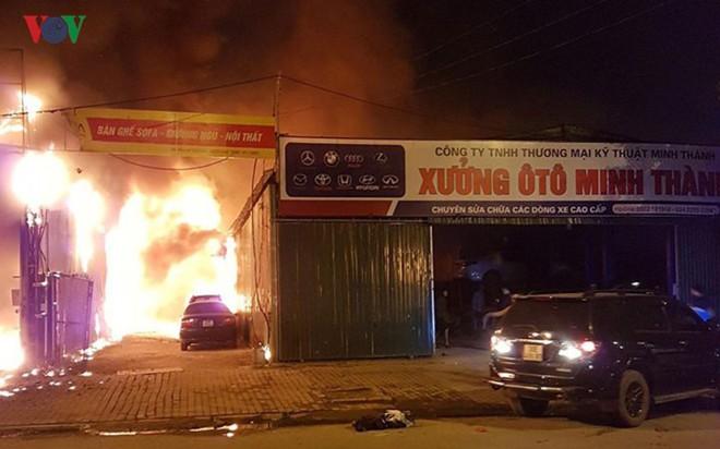 Hình ảnh xưởng sửa chữa ô tô ở Hà Nội cháy rụi, nhiều xe biến dạng - Ảnh 8.