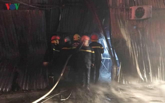 Hình ảnh xưởng sửa chữa ô tô ở Hà Nội cháy rụi, nhiều xe biến dạng - Ảnh 10.
