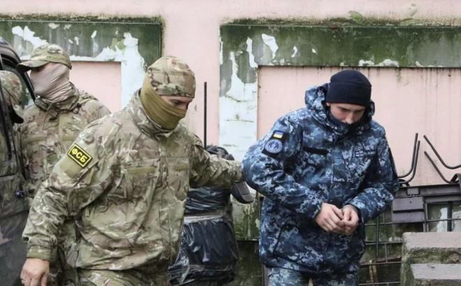 """Lần đầu liên lạc với gia đình, thủy thủ Ukraine bị Nga bắt giữ """"tố cáo"""" Moskva điều gì?"""