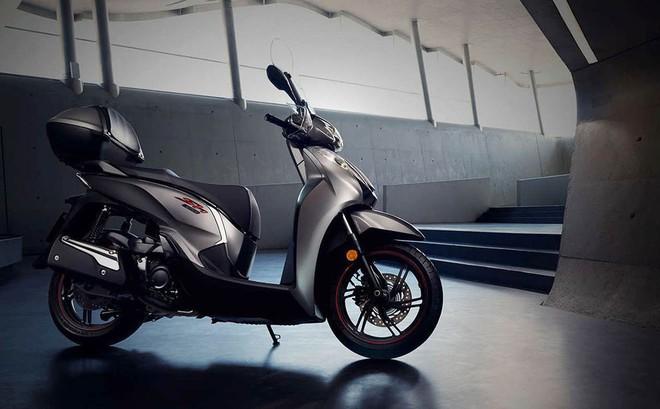 Honda SH giá 300 triệu đồng vừa về Việt Nam có gì hot?