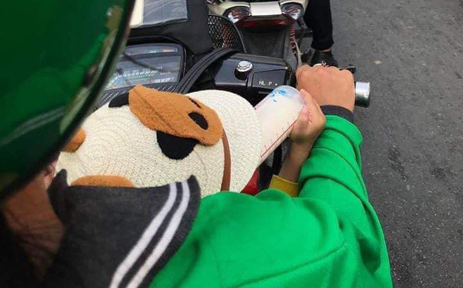 Nữ tài xế Grab vừa chở khách vừa cho con bú bình: Chuyện của chị khiến chàng trai suýt rơi đồ 2 lần
