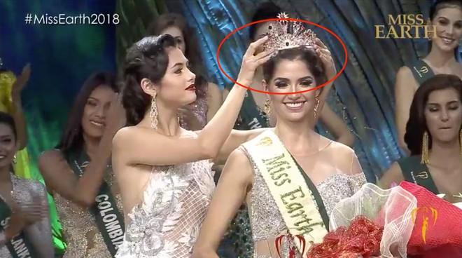 Khác với Phương Khánh, Hoa hậu Mexico gặp sự cố hài hước ngay khi được trao vương miện - Ảnh 2.