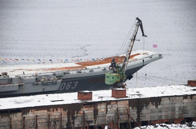 Nga không giấu diếm ảnh tàu sân bay duy nhất bị hư hại sau tai nạn bất ngờ - Ảnh 2.
