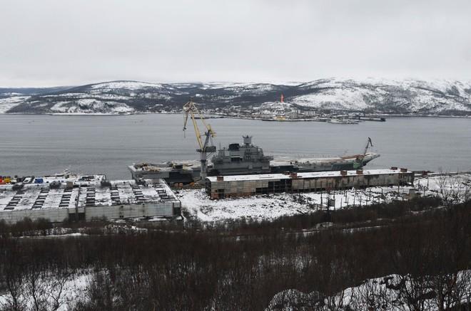 Nga không giấu diếm ảnh tàu sân bay duy nhất bị hư hại sau tai nạn bất ngờ - Ảnh 1.