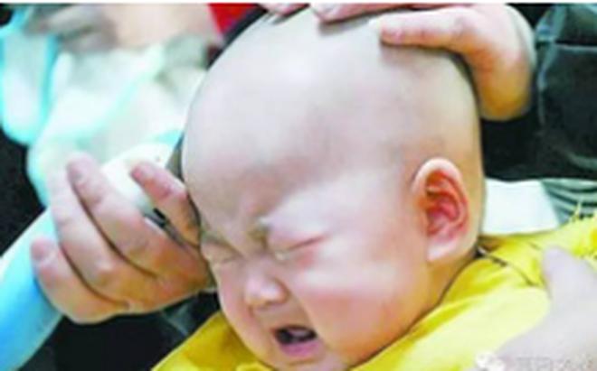 Tác hại khó lường từ việc cạo trọc đầu cho trẻ và mẹo giúp mẹ cắt tóc cho bé dễ dàng