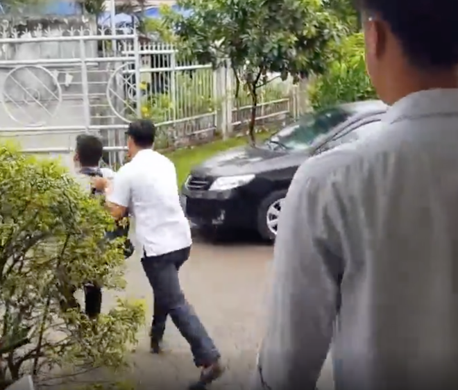 Phóng viên bị xô khỏi nơi tiếp xúc dân và câu trả lời của lãnh đạo TP HCM về vùng cấm báo chí - Ảnh 2.