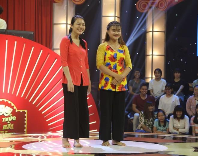 Chân dung 2 cô gái khiến Trấn Thành phải cúi đầu xin lỗi khán giản trên sóng truyền hình - Ảnh 1.