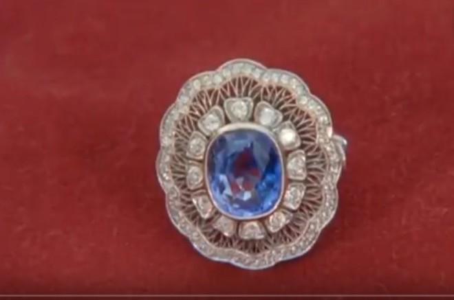 Con gái tưởng mẹ cho đồ trang sức giả, ai ngờ toàn đồ quý hiếm, đặc biệt có một không hai - Ảnh 3.