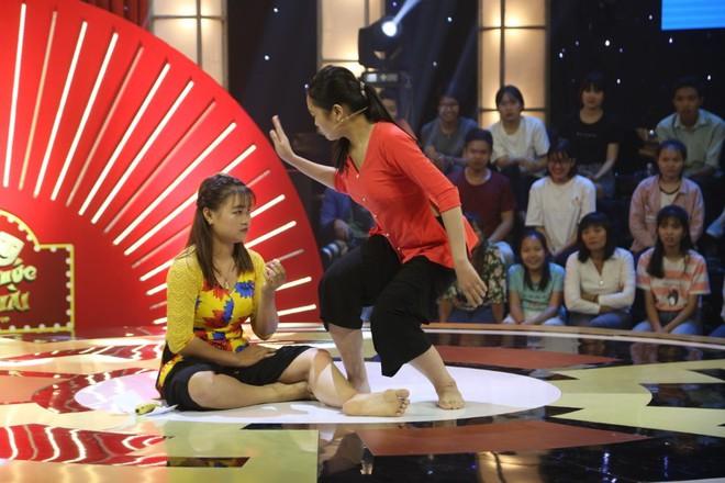Chân dung 2 cô gái khiến Trấn Thành phải cúi đầu xin lỗi khán giản trên sóng truyền hình - Ảnh 2.