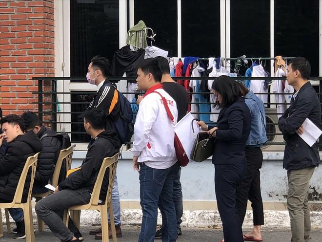 Cổ động viên tuyển Việt Nam xếp ghế chờ nhận vé AFF Cup 2018 mua qua mạng - Ảnh 1.